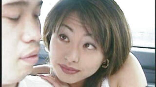 Chica asiática folla tia follada por su sobrino en jeans sin entrepierna